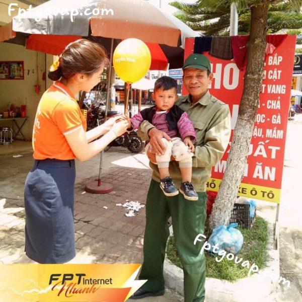 Hỗ trợ làm thủ tục lắp mạng FPT cho khách hàng ở Gò Vấp.